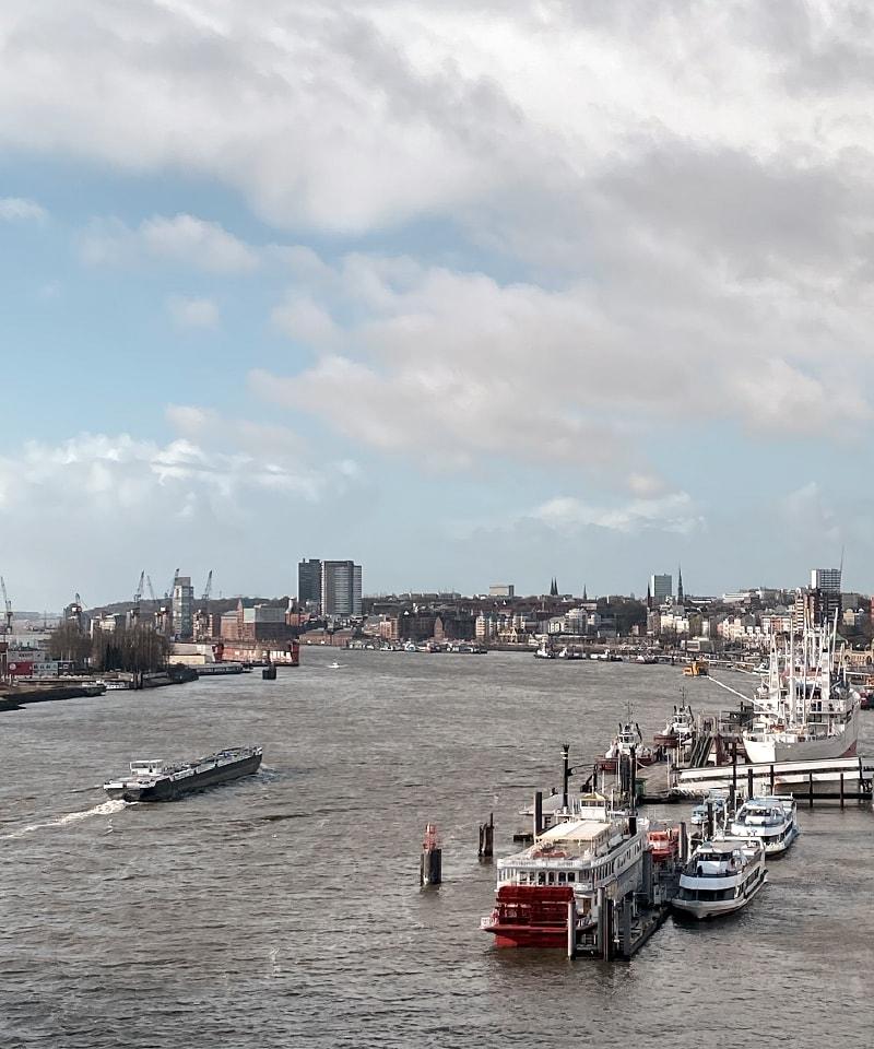 Hamburger Hafen mit Blick auf Fähre und Seeverkehr